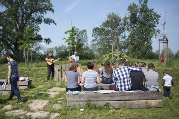 Dětská bohoslužba ve stromové kapli